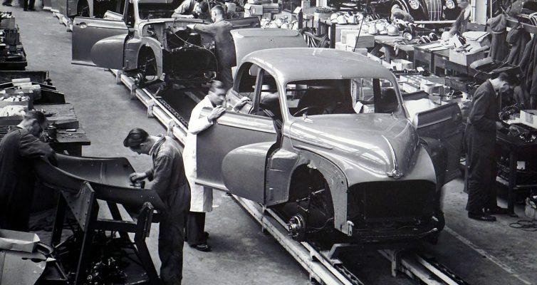 Arbeiter am Fließband einer Autofabrik