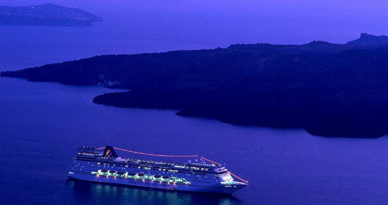 Kreuzfahrtschiff im Fjord bei Nacht