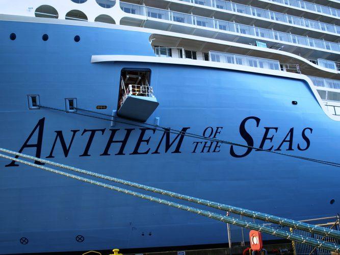 Luke und Taue an blauem Passagierschiff