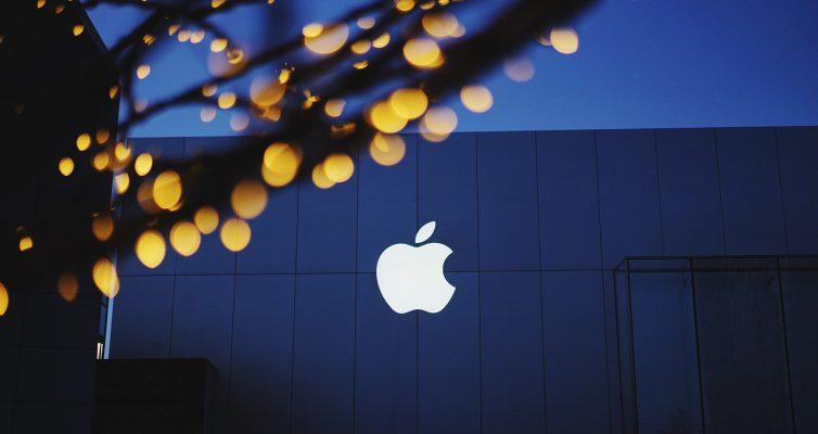 Bürögebäude mit Apple-Logo bei Dämmerung