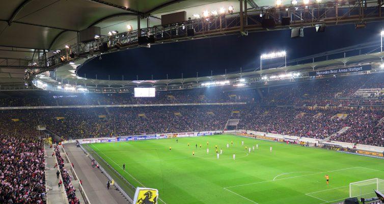 gefülltes Fußballstadion abends
