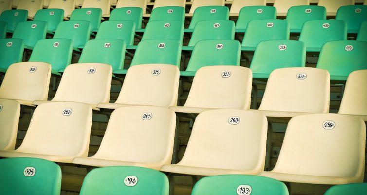 leere Sitzreihen im Stadion