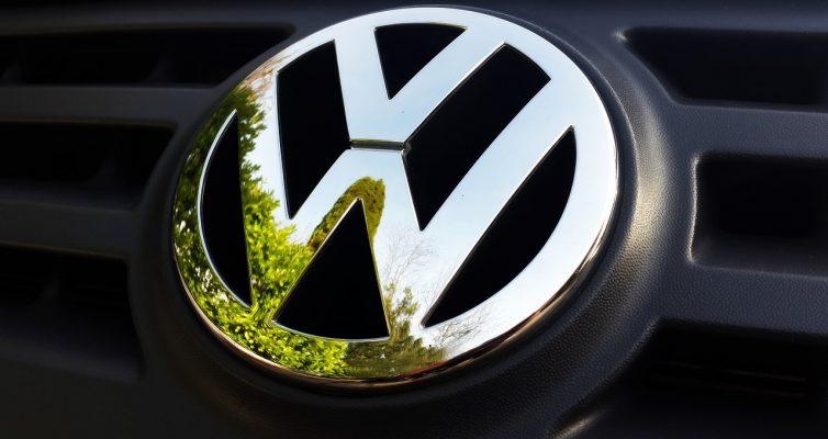 Volkswagen-Emblem an Kühlergrill