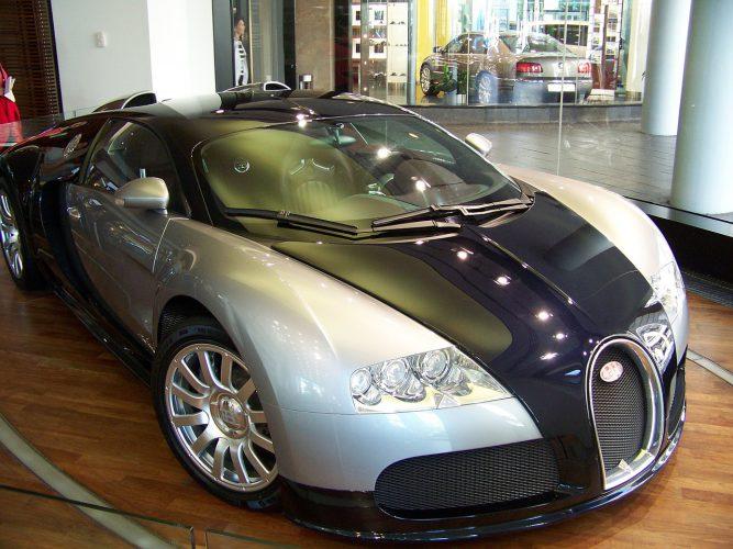 Bugatti Supersportwagen im Autohaus