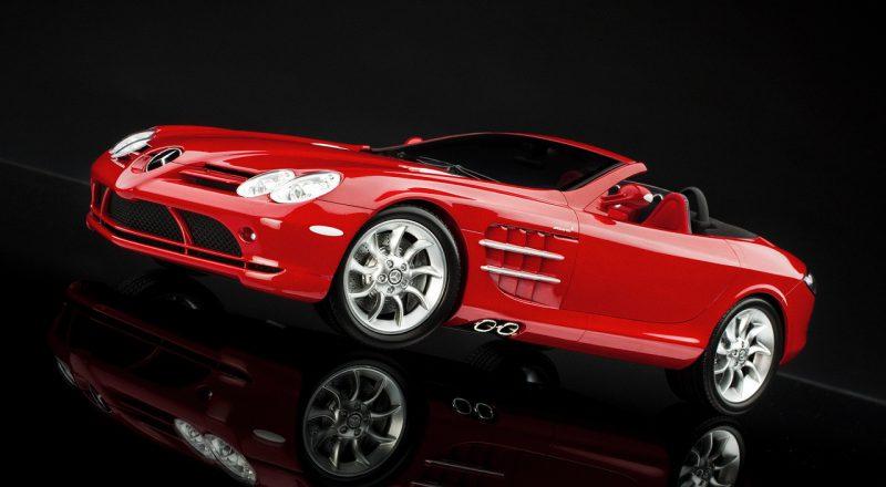 Roter Sportwagen von Mercedes im schwarzen Showroom